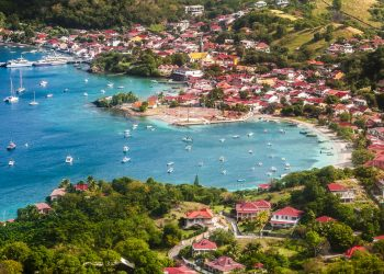 France, Caraïbes, Petites Antilles, Guadeloupe, Les Saintes, Terre-de-Haut, vue sur le bourg depuis le sommet de la randonnée du Chameau // France, Caribbean, Lesser Antilles, Guadeloupe, Les Saintes, Terre-de-Haut, overlooking the village from the top of the Chameau hiking